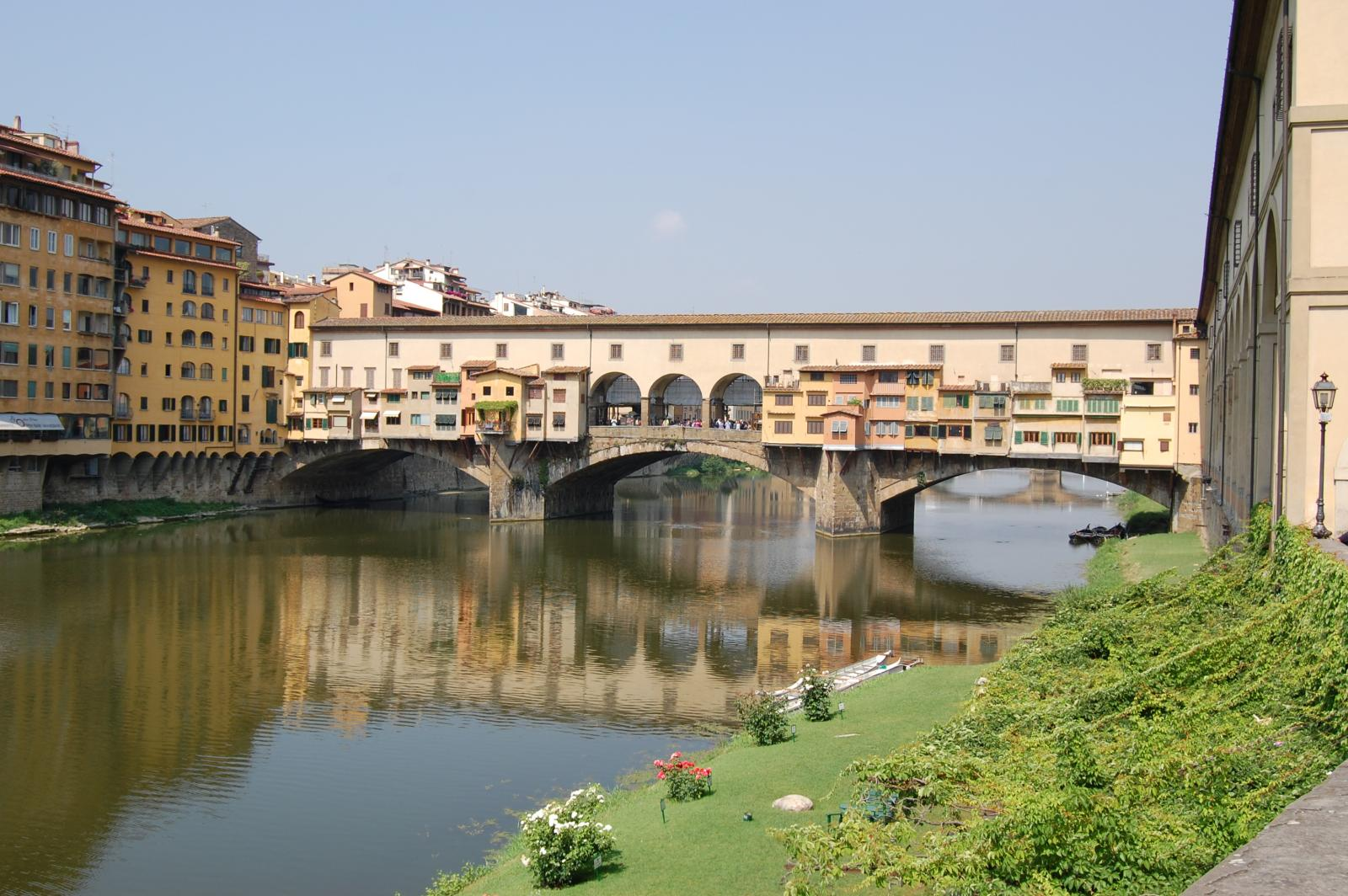 Firenze - Ponte Vecchio over the Arno river (from medevial butchers to current jewellers who don't pollute the river as butchers used to :-)