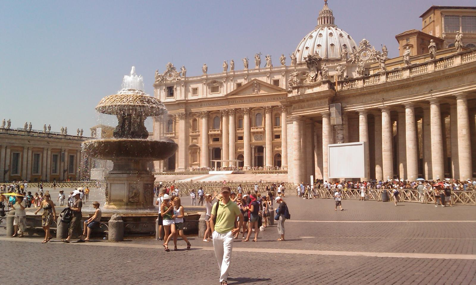 Vaticano - Piazza San Pietro (long queues one day and the next days just a few people, strange)